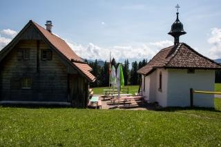Skihütte neben Kapelle